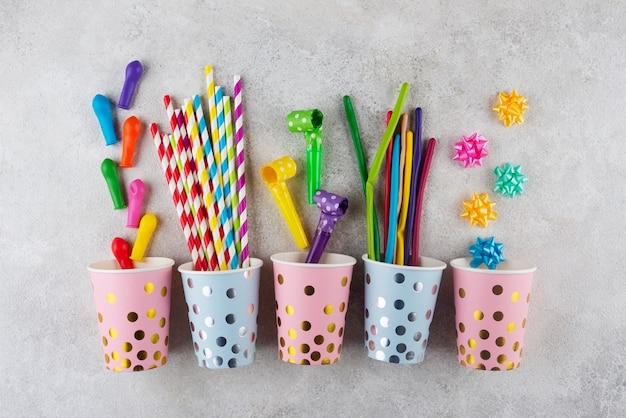 Concept d'anniversaire vue de dessus avec des tasses