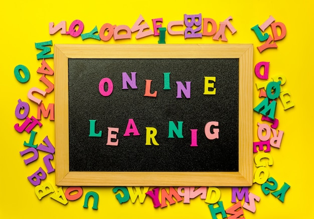 Concept d'apprentissage à distance sur le tableau noir avec des lettres