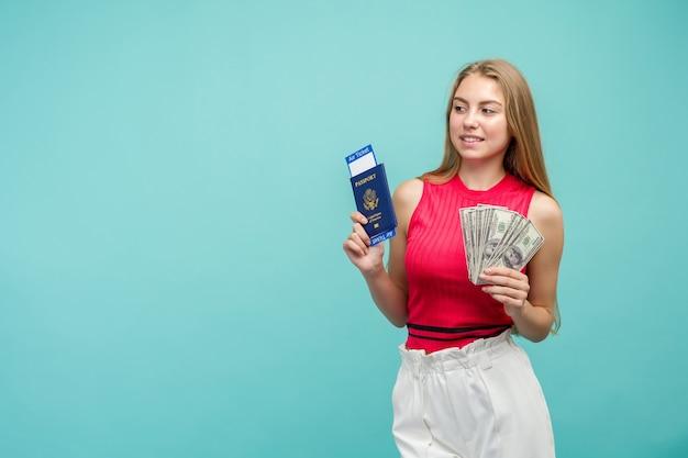 Concept d'apprentissage d'échange. portrait en studio de jolie jeune femme étudiante tenant un passeport