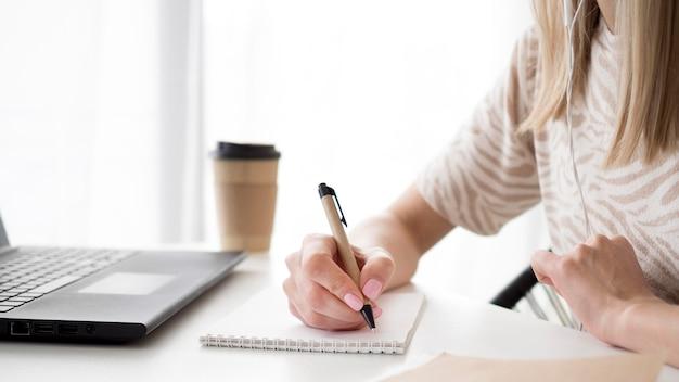Concept d'apprentissage en ligne et café