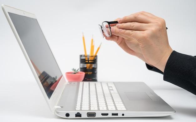 Concept d'apprentissage en ligne. concept de leçon internet à l'aide d'un ordinateur portable.