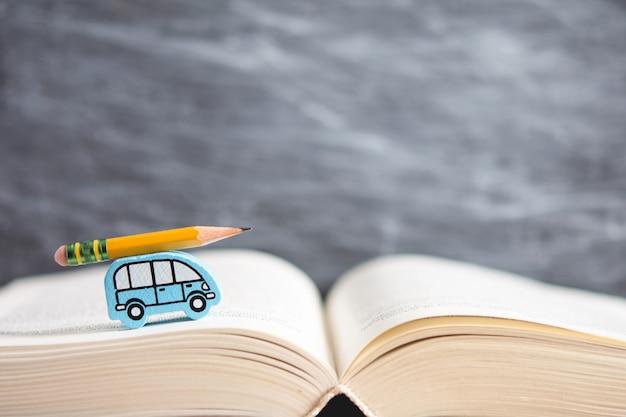 Concept d'apprentissage. voiture enfant porte un crayon