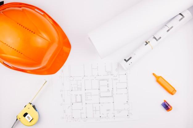 Concept d'architecture avec plan de construction et casque