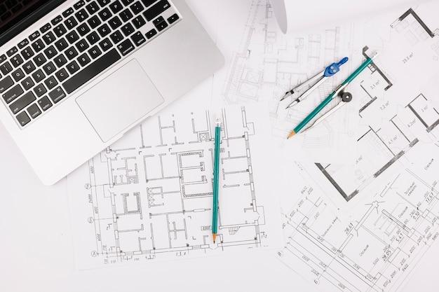 Concept d'architecture avec plan de construction et un ordinateur portable
