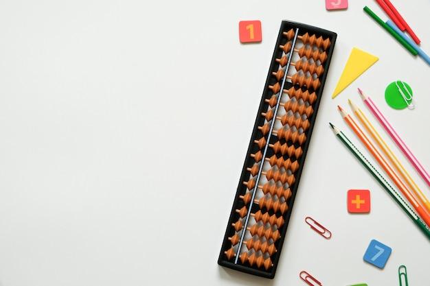 Concept d'arithmétique mentale et de mathématiques: stylos et crayons colorés, nombres, partitions d'abaque, espace copie