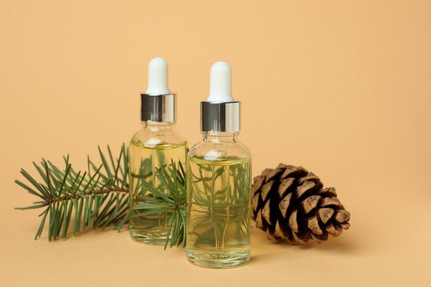 Concept d'aromathérapie à l'huile de pin sur beige