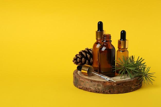Concept d'aromathérapie à l'huile de pin sur jaune