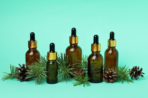 Concept d'aromathérapie à l'huile de pin sur menthe