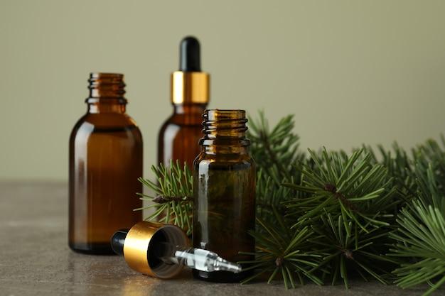 Concept d'aromathérapie à l'huile de pin sur table grise