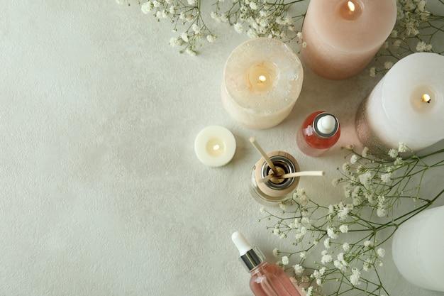 Concept aromatique avec diffuseur sur table texturée blanche