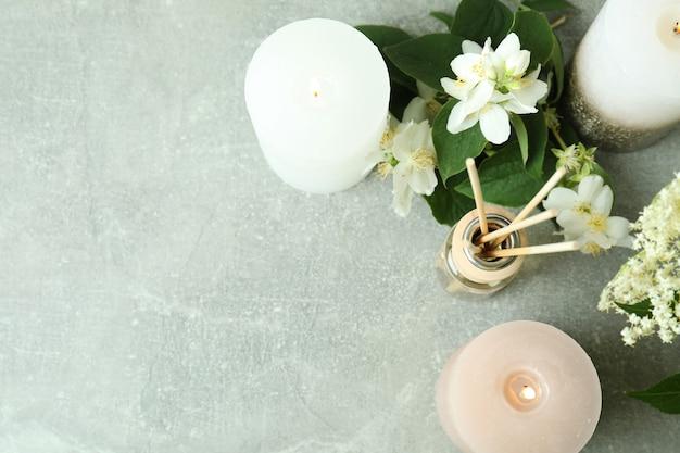 Concept aromatique avec diffuseur sur table texturée grise
