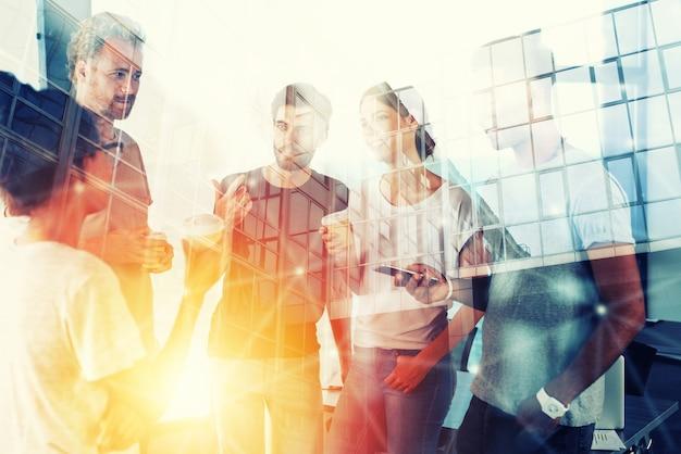 Concept d'arrière-plan avec silhouette de gens d'affaires au travail double exposition et effets de lumière