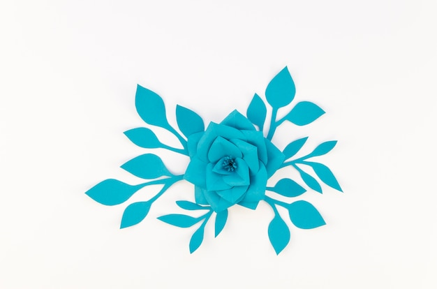 Concept d'art avec fleur en papier bleu