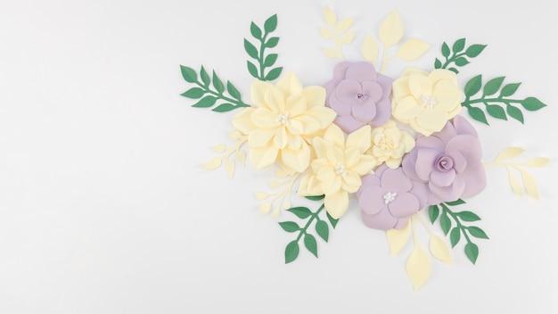 Concept d'art avec des fleurs en papier coloré