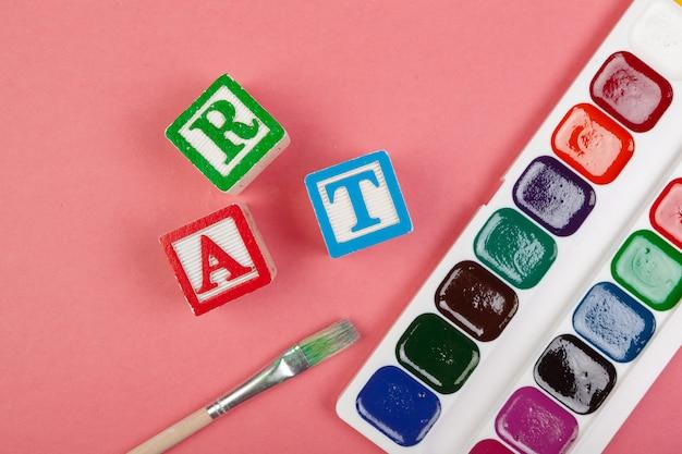 Concept d'art. fournitures scolaires et cubes alphabétiques en bois