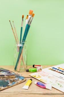 Concept d'artiste moderne avec des pinceaux et de la peinture colorée