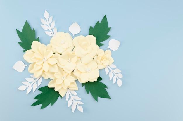 Concept artistique avec création de fleurs en papier