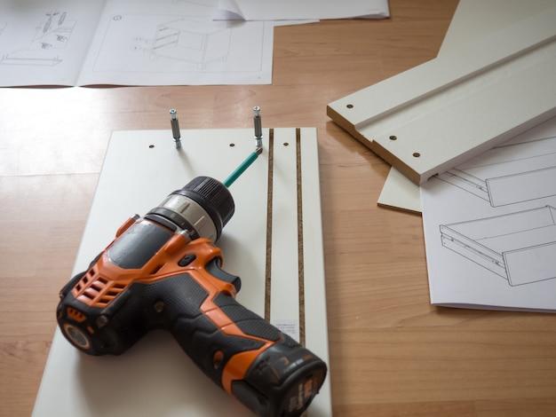 Concept d'assemblage de meubles, assemblage de meubles avec un tournevis