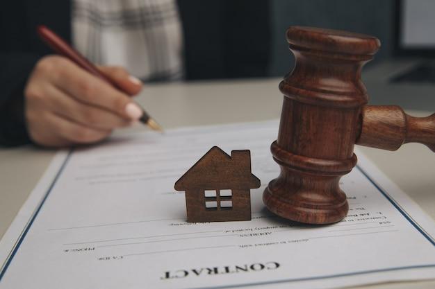 Concept d'assurance habitation, droit et justice.