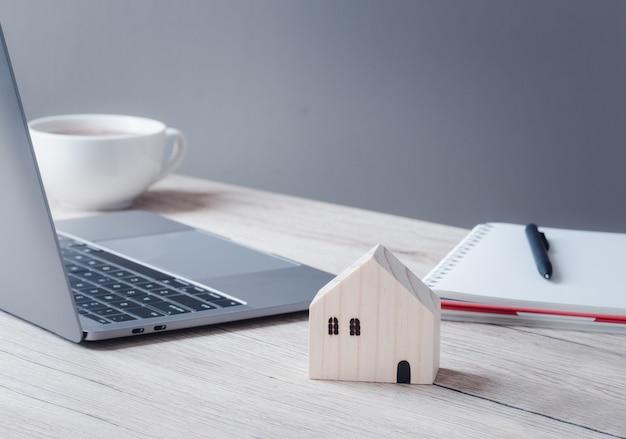 Concept d'assurance et d'investissement. close up modèle de maison sur table en bois