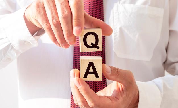 Concept d'assurance qualité. acronyme de questions et réponses ou métier de testeur ou ingénieur qualité.