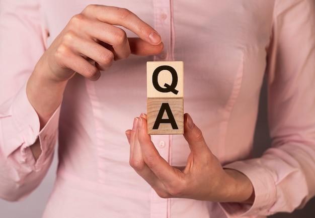 Concept d'assurance qualité des questions et réponses dans les affaires et l'éducation