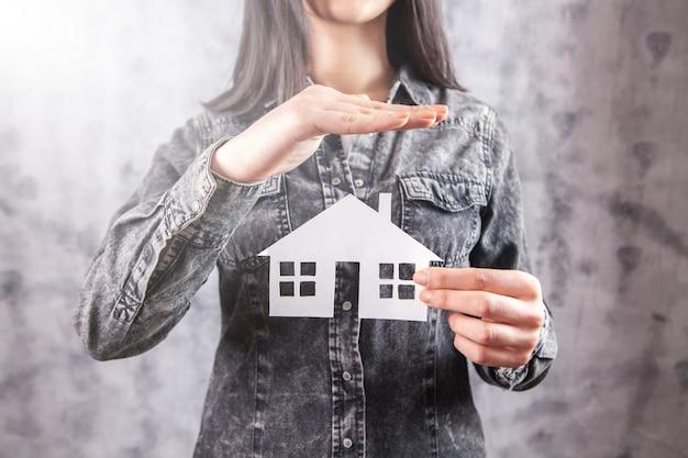 Concept d'assurance soins et protection de la famille. maquette d'une petite maison