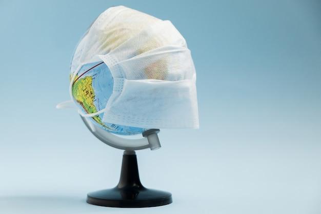 Concept d'attaque du virus corona mondial. monde terre a mis un masque pour lutter contre le virus corona.