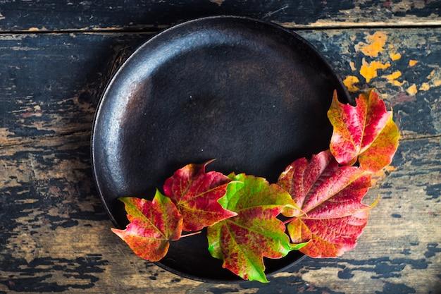 Concept automnal avec des feuilles rouge vif