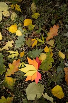 Concept d'automne artisanat en papier traditionnel coloré origami à la main feuilles d'érable tombées nature image de fond coloré parfait pour une utilisation saisonnière