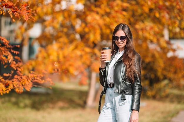 Concept de l'automne - belle femme en automne parc sous le feuillage d'automne
