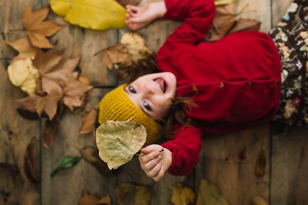 Concept d'automne avec un enfant souriant