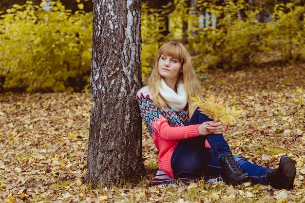 Concept de l'automne - femme automne assis dans le parc