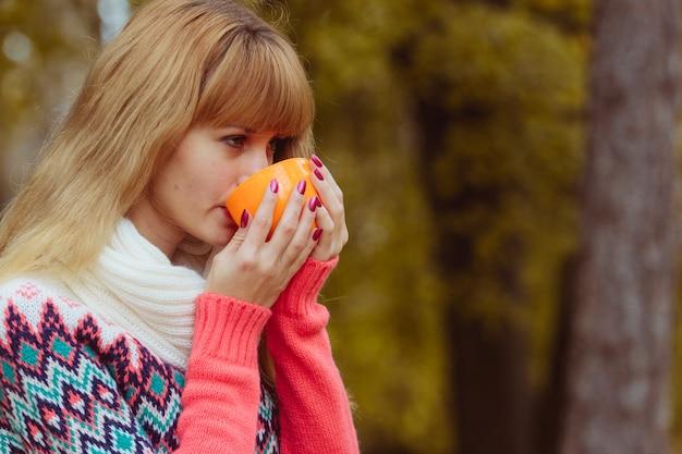 Concept de l'automne - femme automne boire du café dans le parc