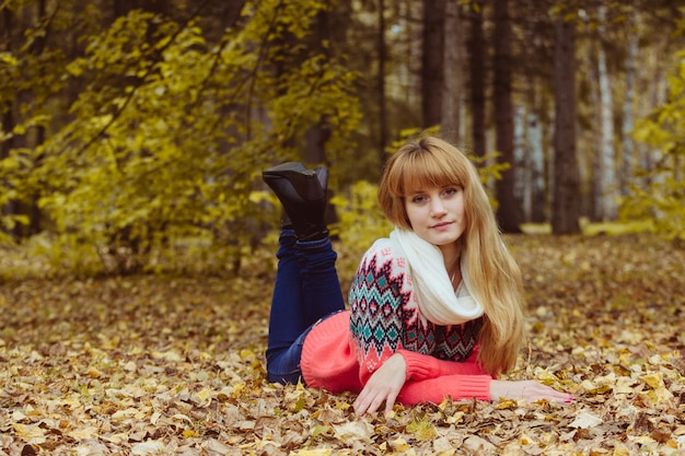 Concept d'automne - femme automne pose dans le parc