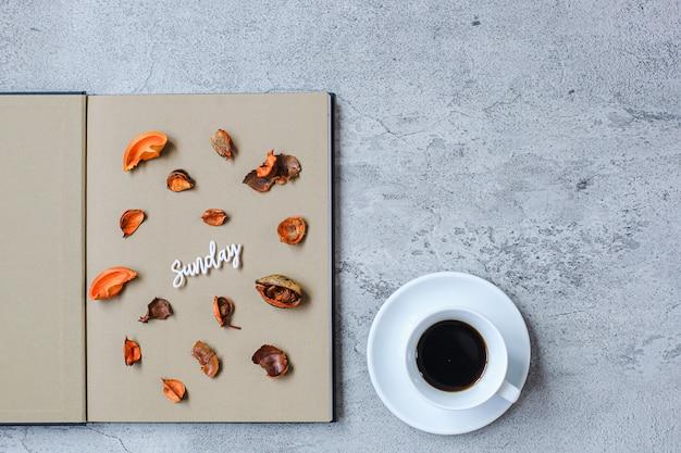 Concept d'automne minimaliste à plat du dimanche avec espace de copie