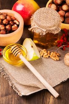 Concept d'automne ou de récolte: assortiment de noix, de pommes et de miel.