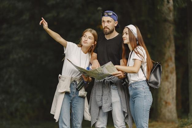 Concept d'aventure, de voyage, de tourisme, de randonnée et de personnes. couple dans une forêt.