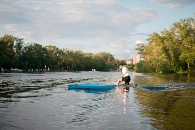 Concept d'aviron avec l'homme sur l'eau