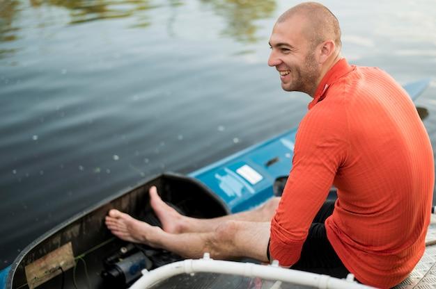 Concept d'aviron avec homme souriant