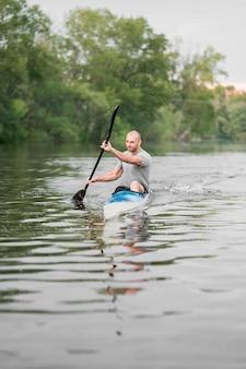 Concept d'aviron avec l'homme tenant l'aviron