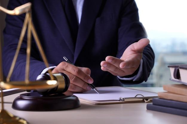 Concept d'avocat de droit avocats de justice ayant l'équipe