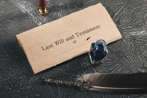Concept d'avocat et de notaire. jus de stylo avec vieux document.