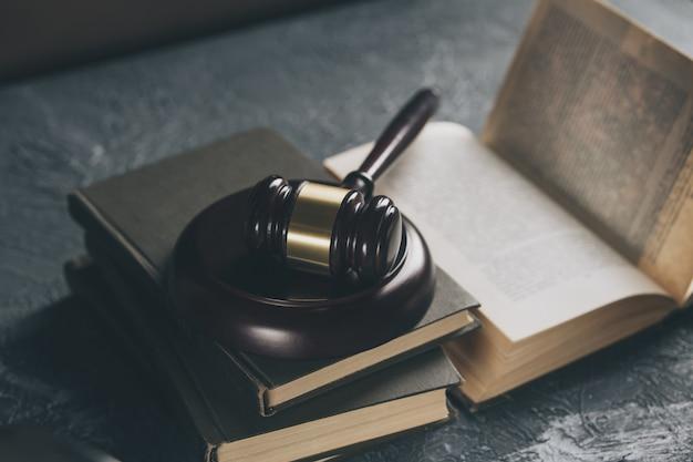 Concept d'avocat et de notaire. marteau en bois sur la table.
