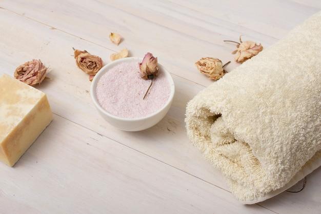 Concept de bain à angle élevé avec des sels roses