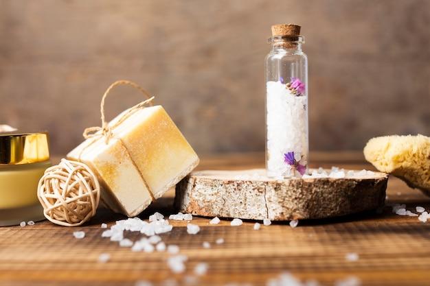 Concept de bain avec du savon solide et des sels