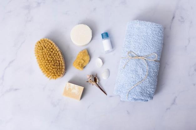 Concept de bain plat poser sur fond de marbre