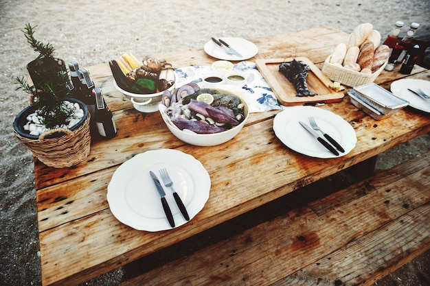 Concept de banc de table en bois de délicieux fruits de mer