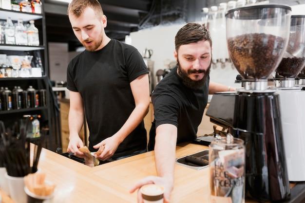 Concept de bar avec barmen