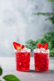 Concept de bar avec cocktail de fraises sur un fond gris, image de mise au point sélective
